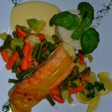 Łosoś wsosie cytrynowym zgotowanymi warzywami